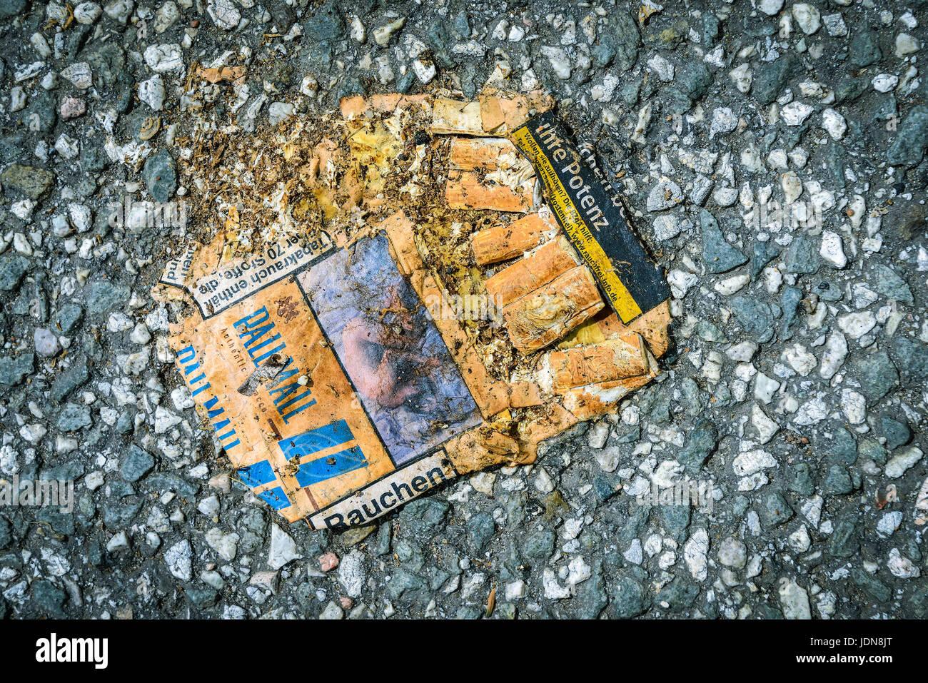 Flat cigarette box, health defects through the smoking, Platte Zigarettenschachtel, Gesundheitsschaeden durchs Rauchen - Stock Image