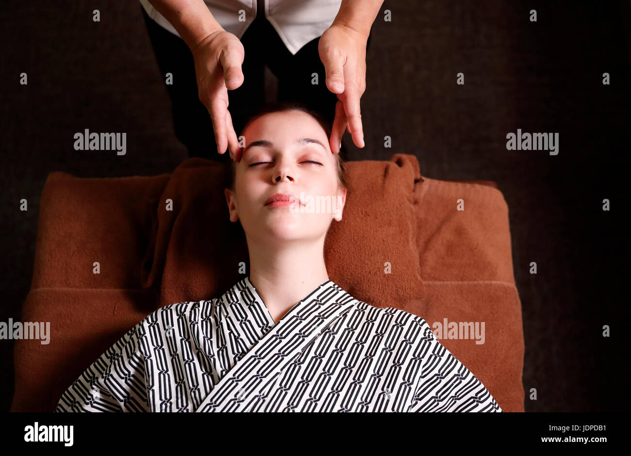 Caucasian woman getting a massage at a spa in Tokyo, Japan - Stock Image