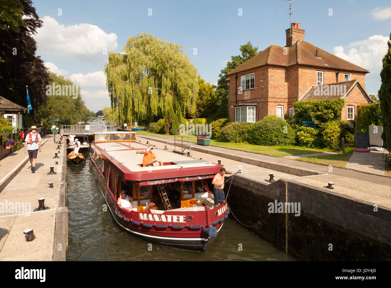 Boats and the lock keeper and lock house, Shiplake Lock on the River Thames in Oxfordshire, England UK - Stock Image