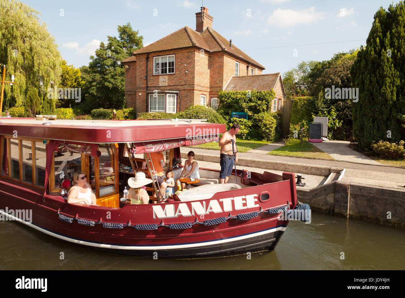A boat in Shiplake Lock, on the River Thames, Oxfordshire England UK - Stock Image