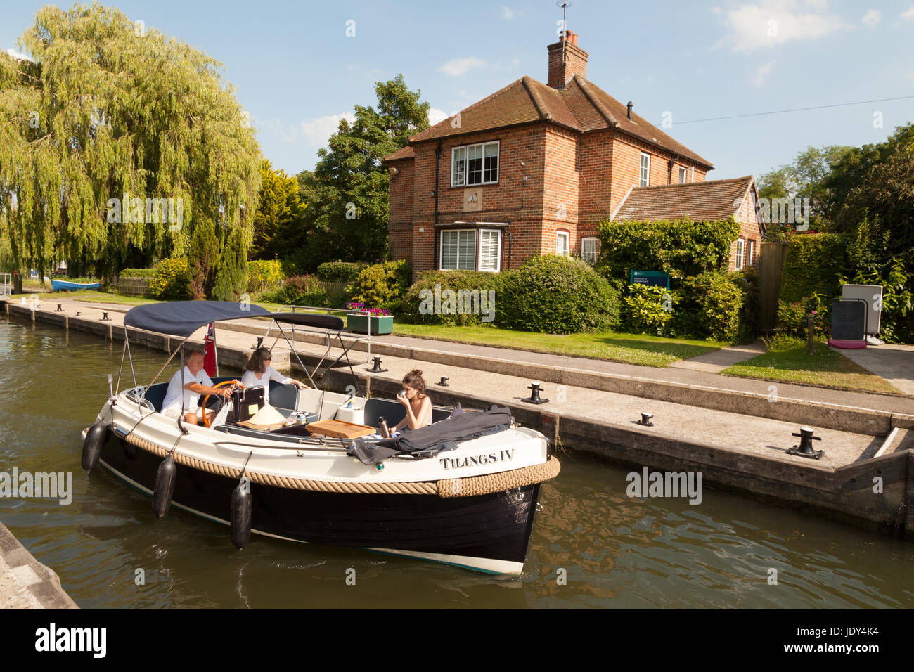 River Thames Oxfordshire; - A boat in Shiplake Lock, on the River Thames, Oxfordshire England UK - Stock Image