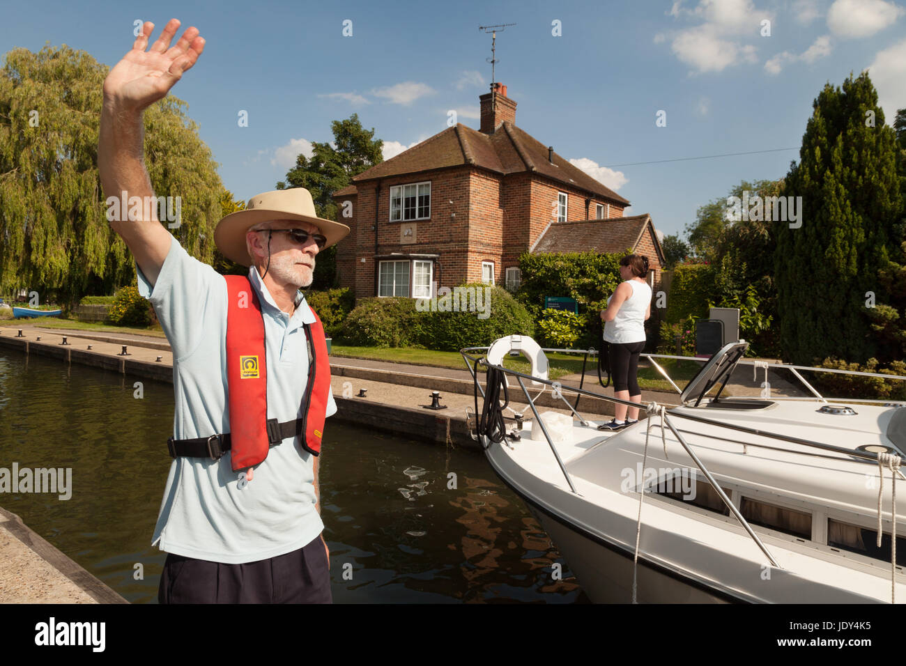 River Thames Oxfordshire - lock keeper at Shiplake Lock directing boats, Thames river, Oxfordshire England UK - Stock Image