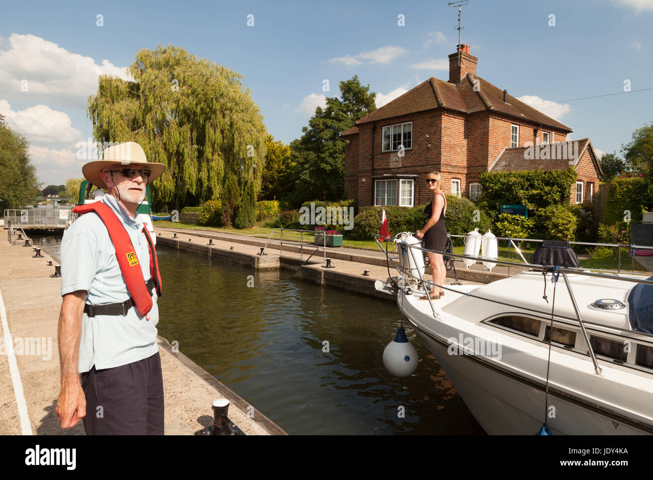 Lock keeper working at Shiplake lock on the River Thames in Oxfordshire England UK Stock Photo