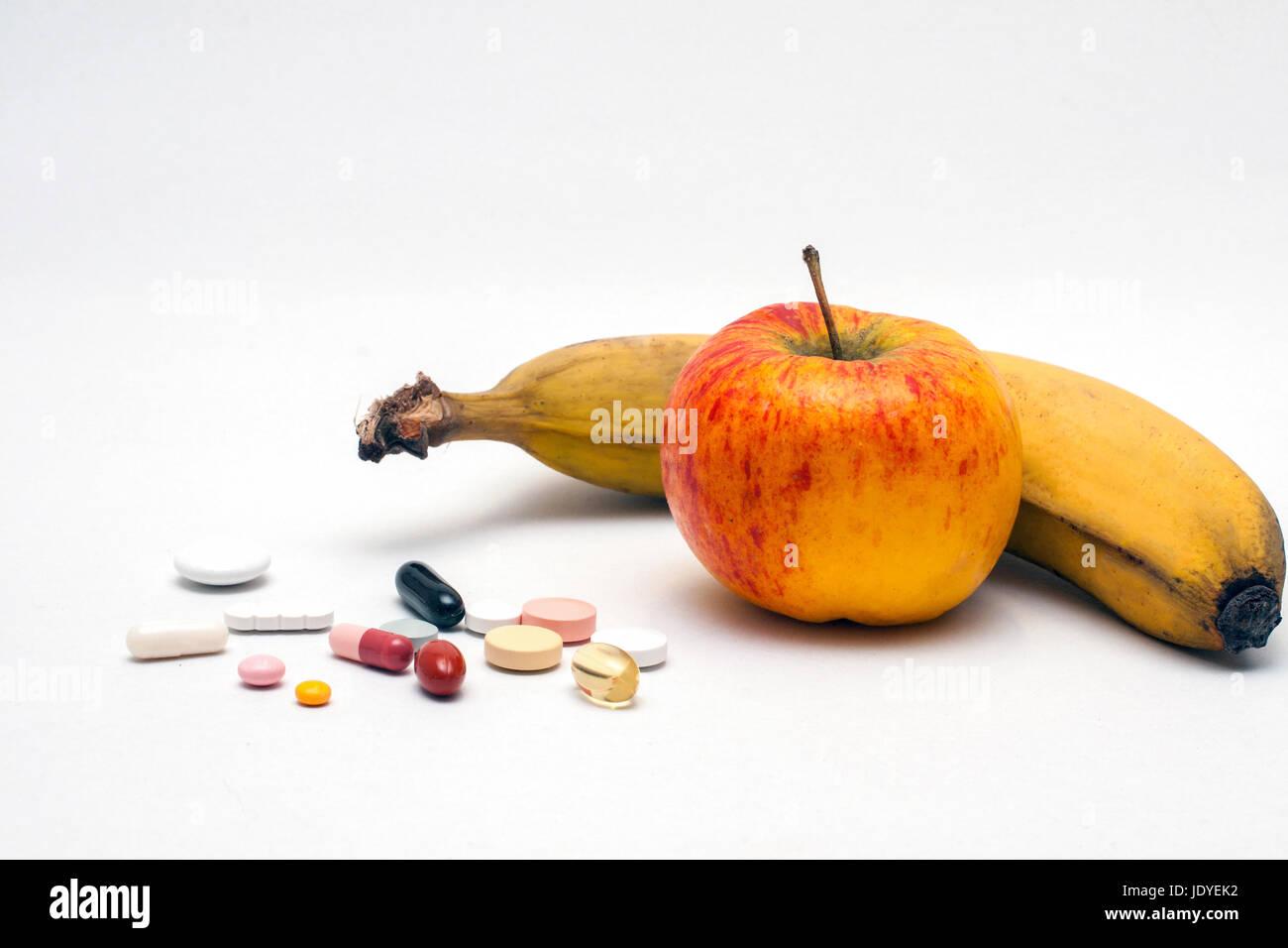 verschiedene bunte Tabletten, Apfel und Banane, isoliert Stock Photo