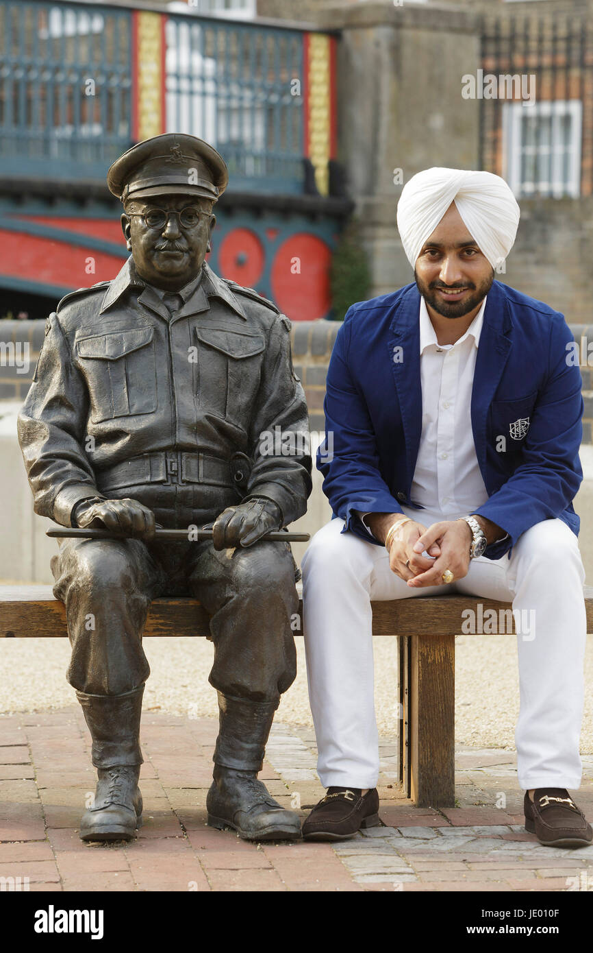Thetford, Norfolk UK. 21st June, 2017. Star of The Black Prince movie Satinder Sartaaj sits beside the statue of - Stock Image
