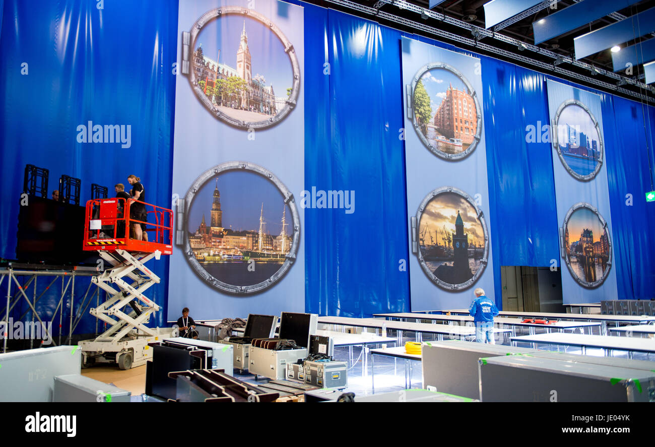 Hamburg, Germany. 22nd June, 2017. Workers build the media centre for the G20 Summit at the Fair Halls in Hamburg, Stock Photo