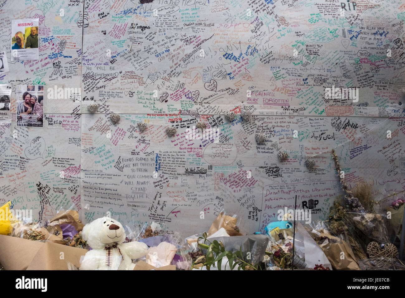 London, UK. 21st June, 2017. Local residents gather to leave messages of condolences or just stare at the burnt - Stock Image