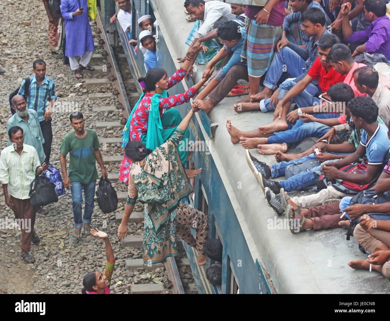 Dhaka, Bangladesh. 22nd Jun, 2017. Bangladeshis cram onto a train as they travel home to be with their families Stock Photo