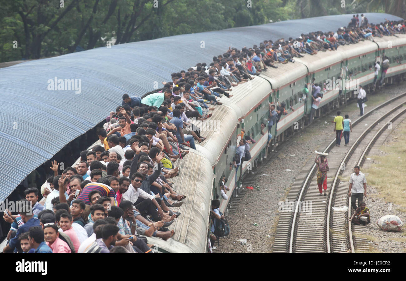 Dhaka, Bangladesh. 22nd Jun, 2017. Bangladeshis cram onto a train as they travel home to be with their families - Stock Image