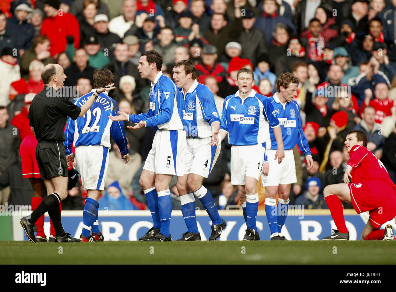 DAVID WEIR ALAN STUBBS & REF LIVERPOOL V EVERTON LIVERPOOL ANFIELD 23 February 2002 - Stock Image