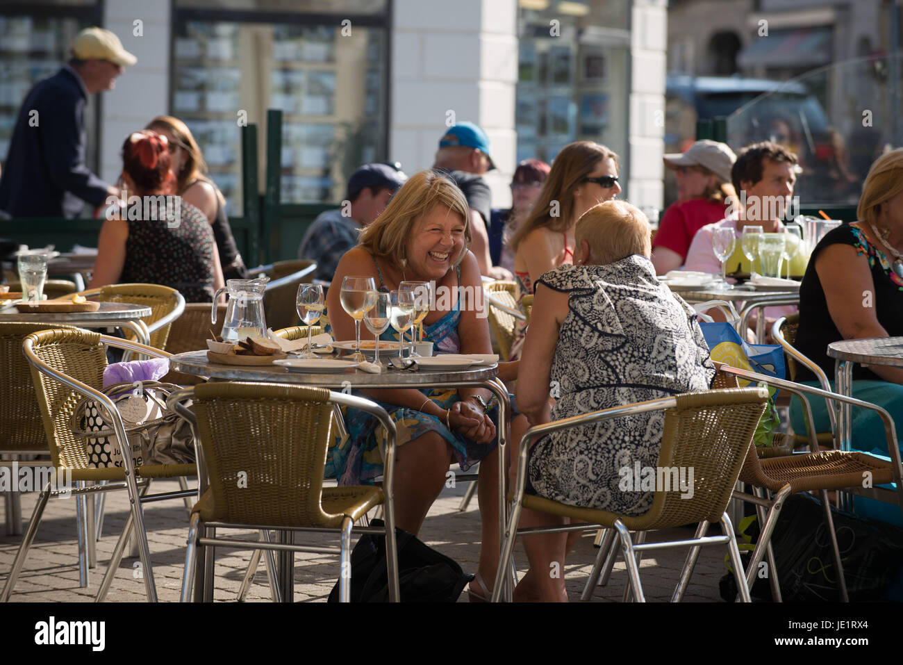 Pic by Guy Newman. 18.07.2013. Crowds gather to socialise in and around Lemon Quay in Truro in Cornwall. - Stock Image