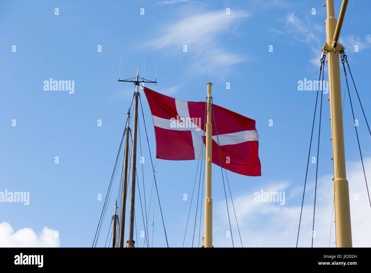 Dänische Fahne, Dannebrog, an einem Segelschiff im Hafen von Svendborg - Stock Image