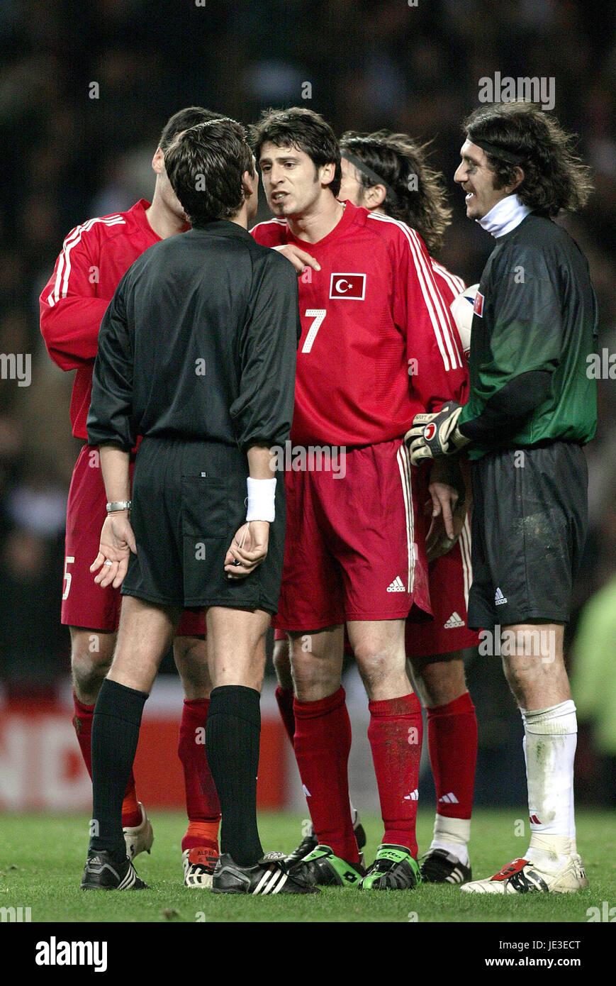 TURKISH PLAYERS PLEAD WITH REF ENGLAND V TURKEY THE STADIUM OF LIGHT SUNDERLAND 02 April 2003 - Stock Image
