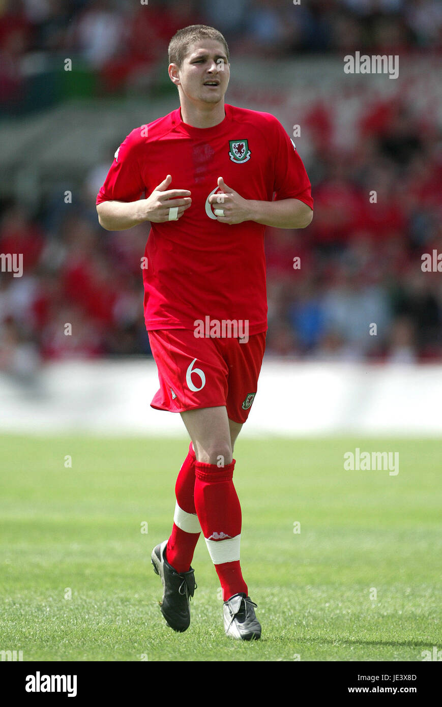 CARL ROBINSON WALES & PORTSMOUTH FC RACECOURSE FROUND WREXHAM WALES 30 May 2004 - Stock Image
