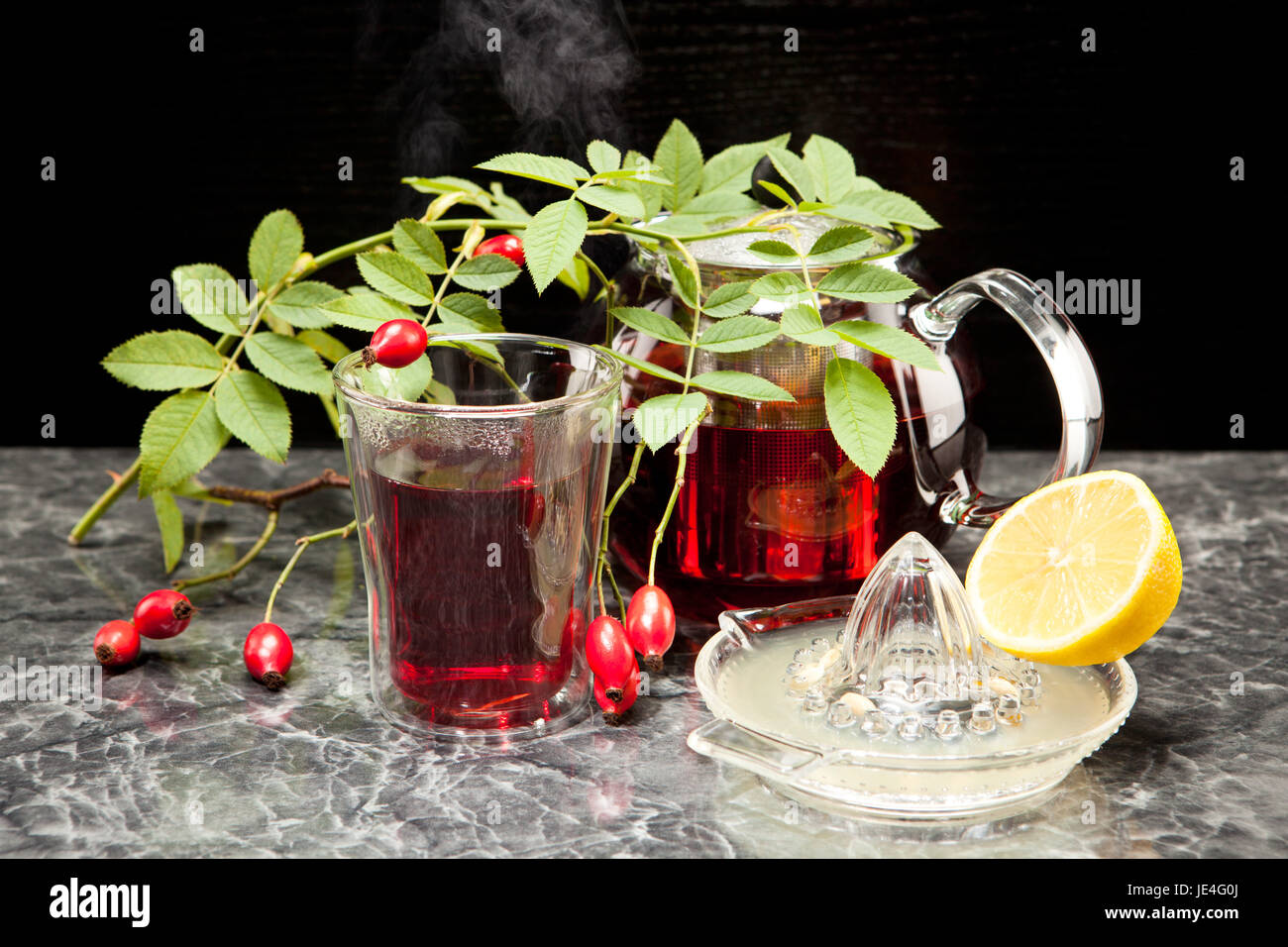Hagebuttentee mit Zitrone im Glas Stock Photo