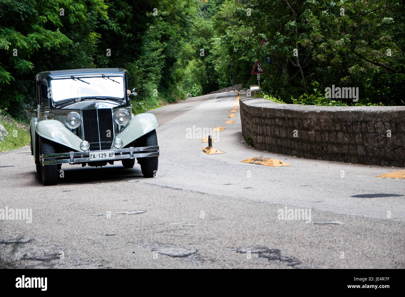 https://c8.alamy.com/comp/JE4R7F/gola-del-furlo-italy-may-19-lancia-aprilia-cabriolet-1940-on-an-old-JE4R7F.jpg