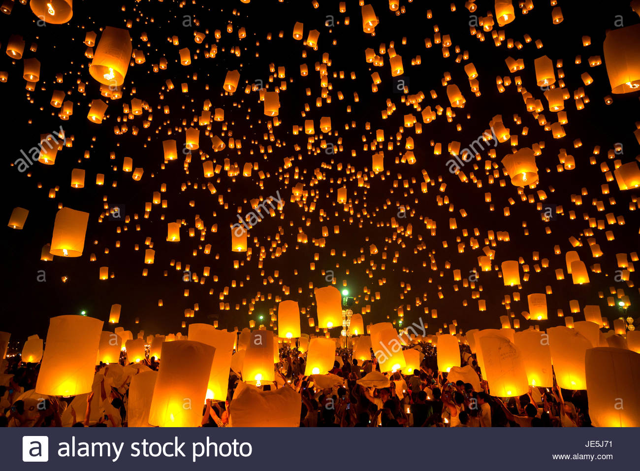 Flying Sky Lantern on Yeepeng festival, thai lanna tradition religion in Chiangmai thailand Stock Photo