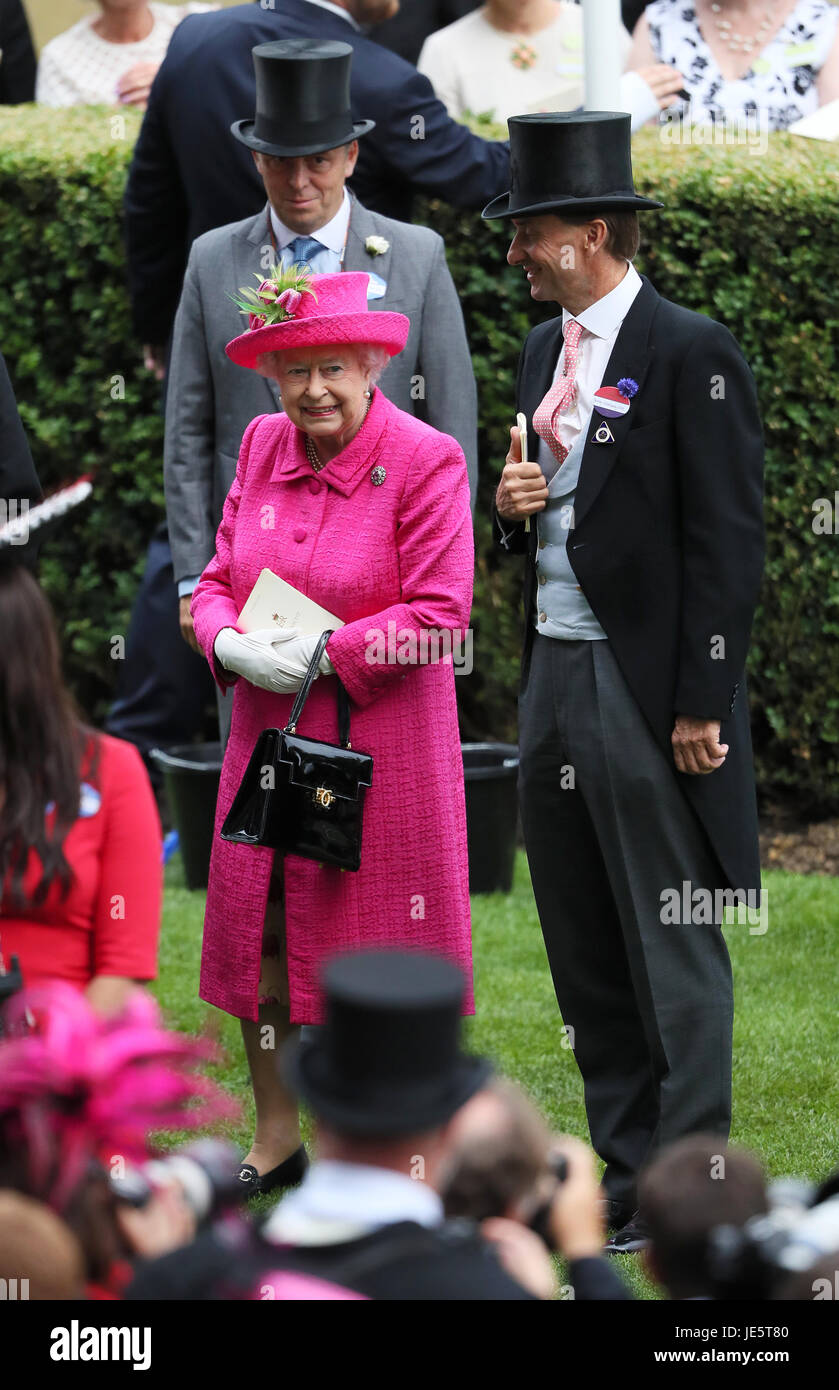 Queen Elizabeth II with Ascot Chairman Johnny Weatherby after presenting the trophy to the winner of the Gold Cup - Stock Image