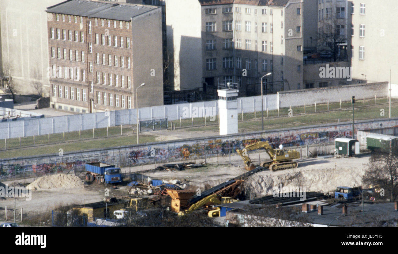 The Berlin Wall with a BT-9 watchtower from the west looking East with building work in the foreground. 1987 - Stock Image