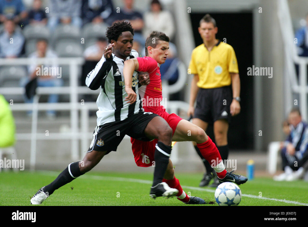 C BABAYARO & MATEJ IZVOLT NEWCASTLE UTD V DUBNICA ST.JAMES PARK NEWCASTLE 23 July 2005 - Stock Image