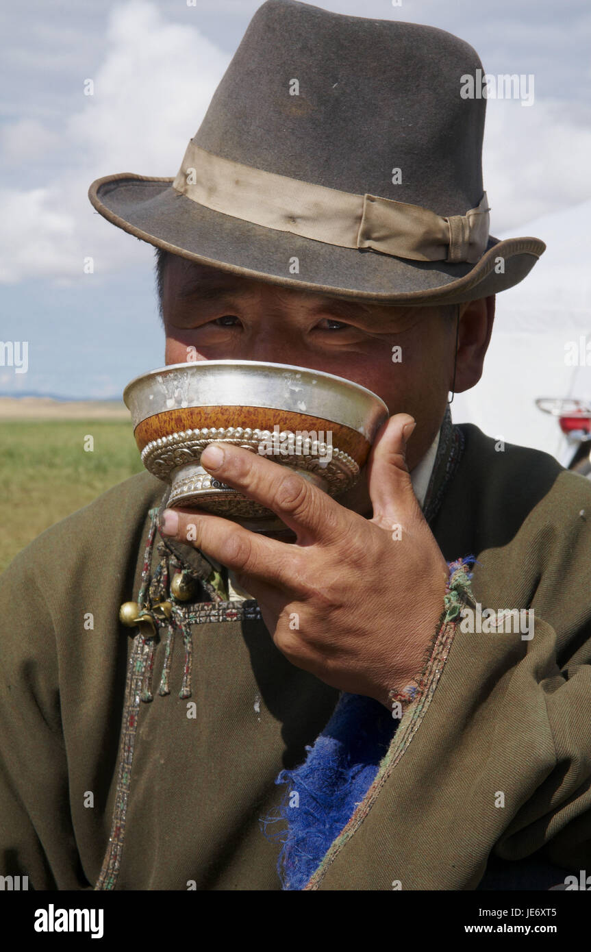 Mongolia, Central Asia, Arkhangai province, steppe, nomad drinks fermented mare's milk 'Airag' from - Stock Image