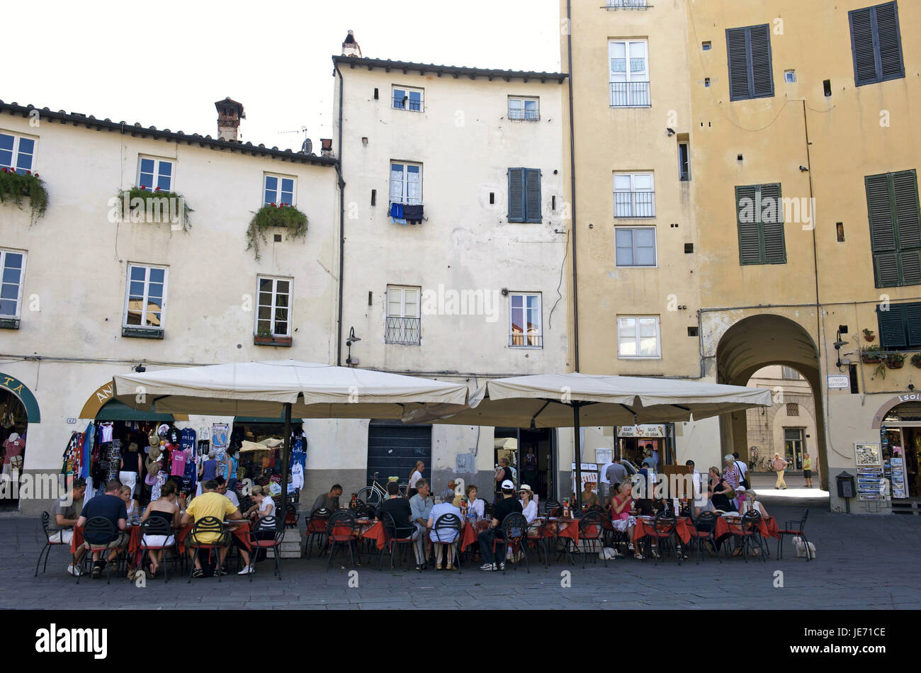 Italy, Tuscany, Lucca, Piazza del Mercato with street cafes, - Stock Image