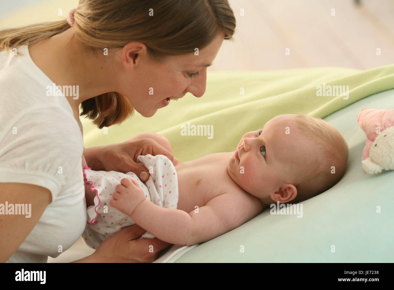 Nut, baby, 4 months, eye contact, smile, lie Indoor, girls, people, woman, nonsense animal, portrait, at the side, - Stock Image