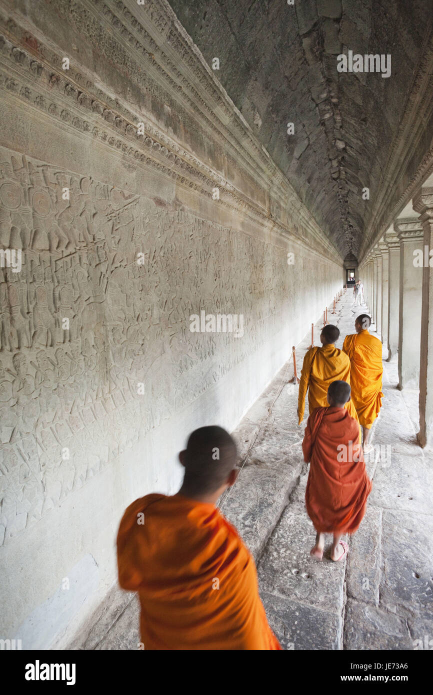 Cambodia, Siem Reap, Angkor Wat, monks, walk, wall, grace notes, reliefs, representation, scenes from the Ramayana - Stock Image