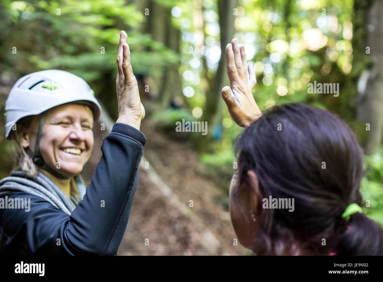 Zwei Frauen bei Klettern haben Spaß - Stock Image