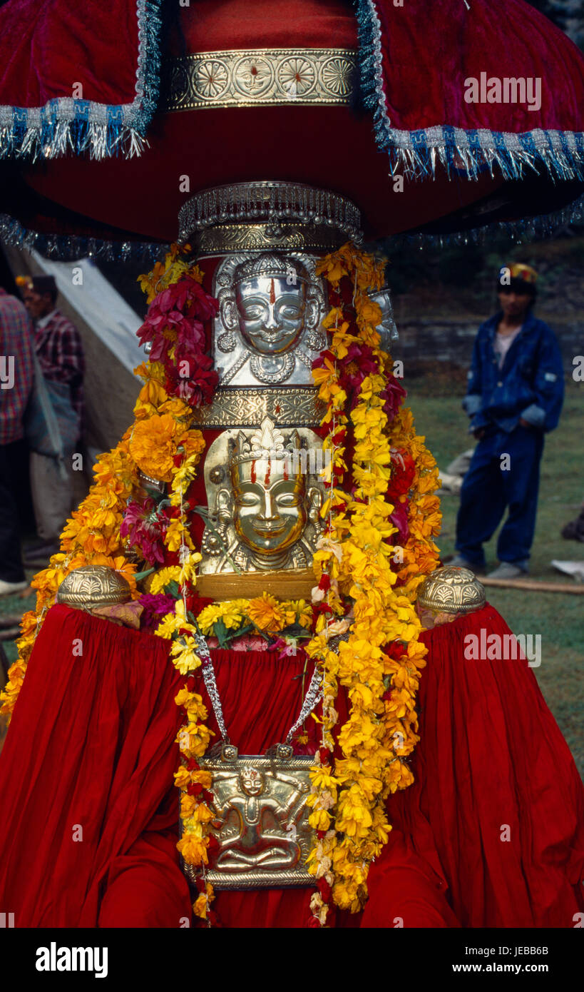 India, Himachal Pradesh, Kulu, Figure of temple god garlanded with flowers during Hindu Dussehra festival. - Stock Image