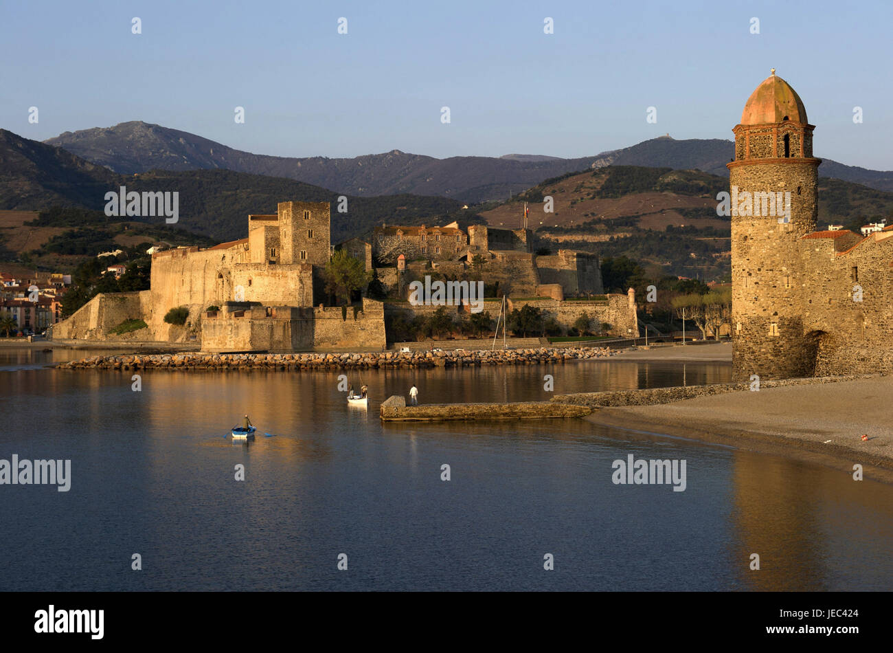Europe, France, Collioure, Fischer on a boot, in the background on the château royal, Europe, France, Languedoc - Stock Image