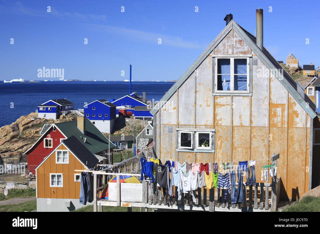 Greenland, Upernavik, residential houses, clothesline, clothes, North-Western Greenland, coast, town, water, the - Stock Image