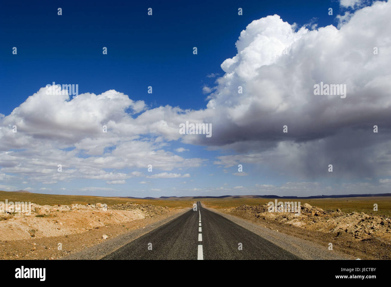 Morocco, Ouarzazate, country road, cloudy sky, Africa, North Africa, scenery, width, distance, horizon, level, vanishing - Stock Image