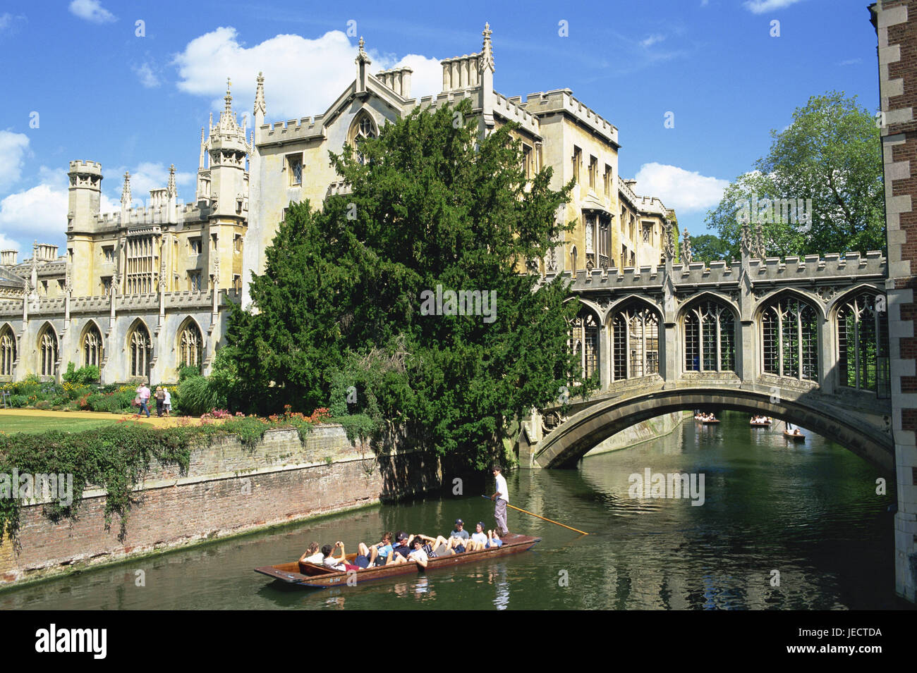 Great Britain, England, Cambridgeshire, Cambridge, River Cam, Bridge of Sighs, Saint John's college, boat, tourist, - Stock Image