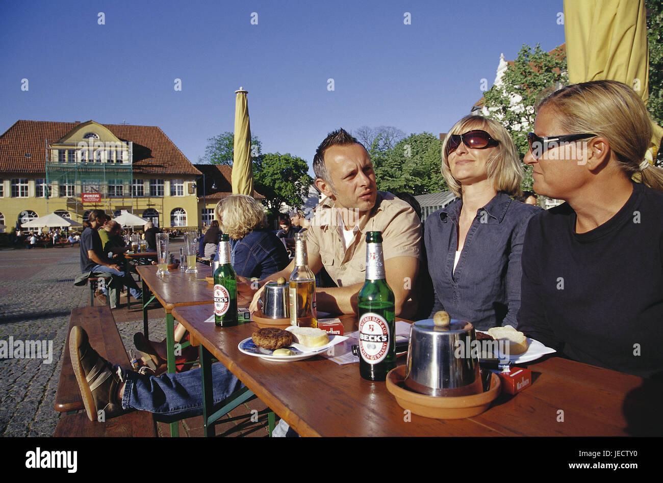 Germany, North Rhine-Westphalia, Bielefeld, Siegfried's square, street bar, guests, evening light, summer, Teutoburger - Stock Image