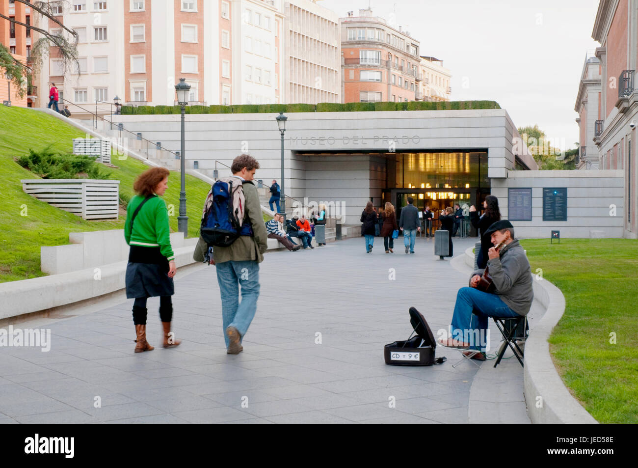 Street musician next to The Prado Museum, Jeronimos entrance. Madrid, Spain. - Stock Image
