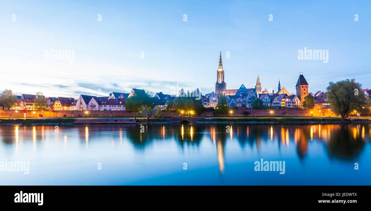 Deutschland, Baden-Württemberg, Ulm, Donau, Stadtansicht mit Ulmer Münster und Metzgerturm, Skyline, Panorama Stock Photo