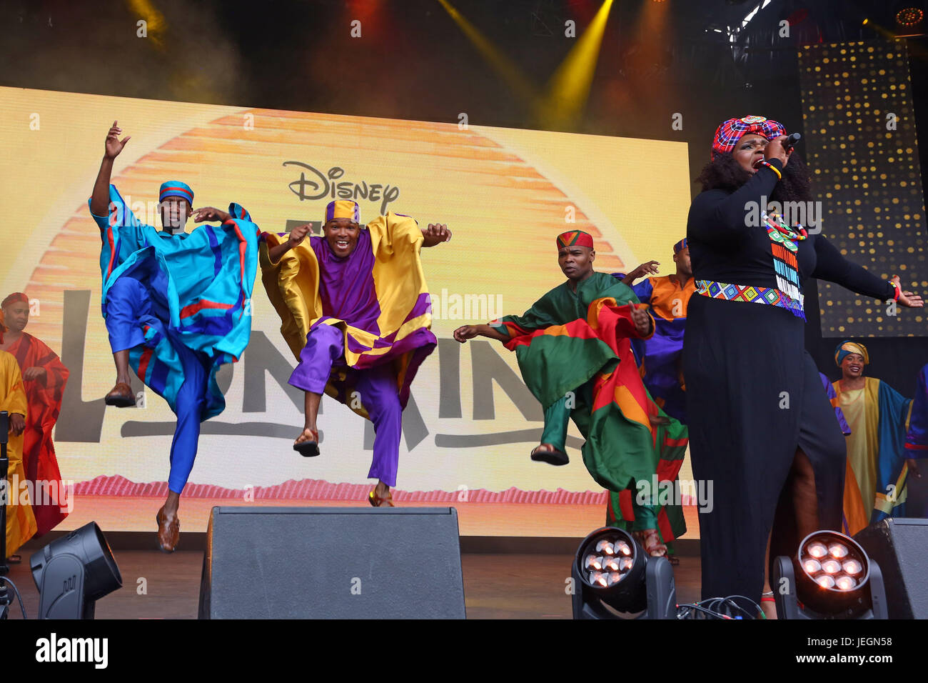London Uk 25th June 2017 The Cast Of Disney S The Lion King Stock Photo Alamy