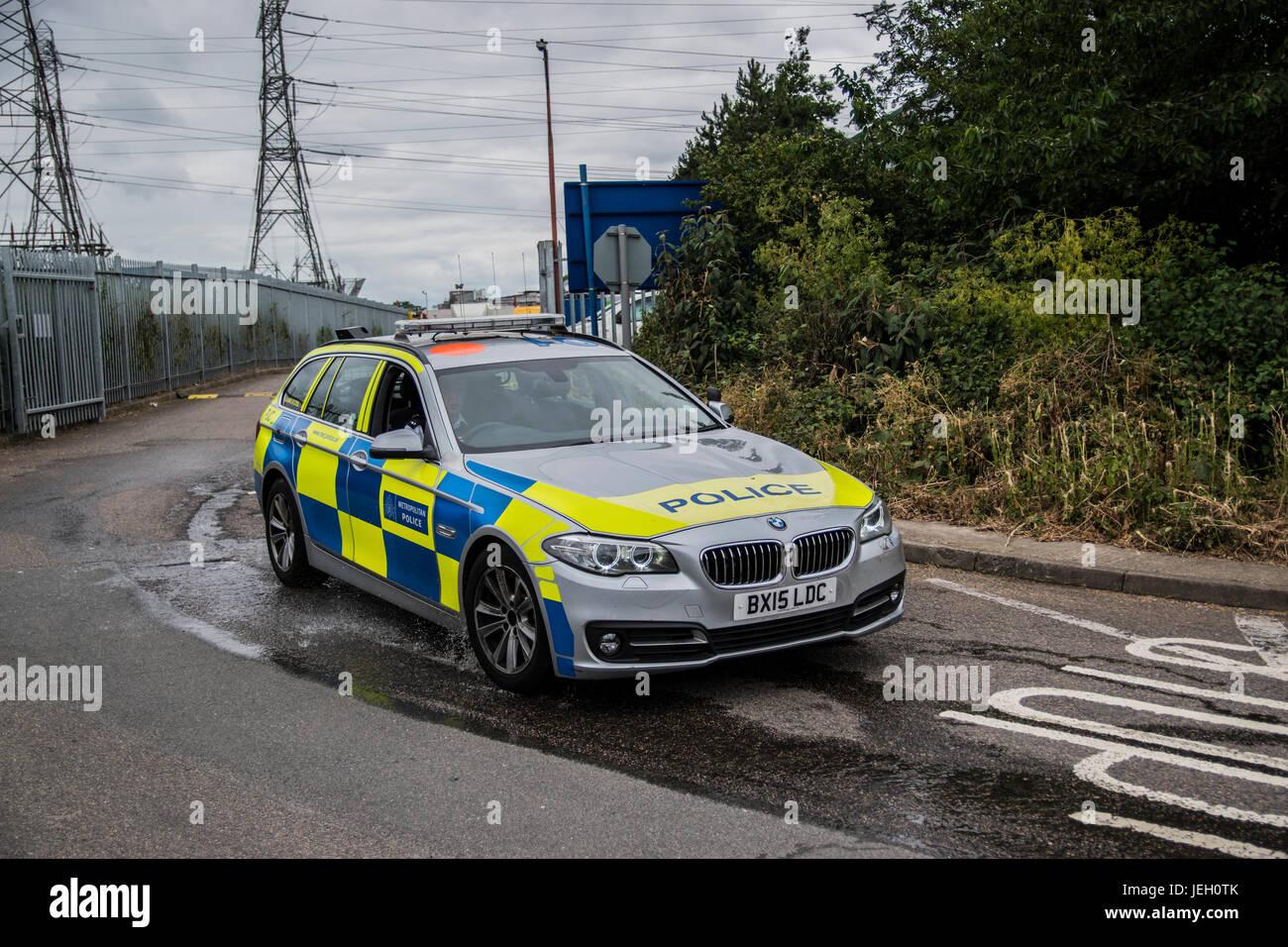 London Metropolitan Police BMW Area Car leaving the scene of a car lot fire in Croydon, Surrey Stock Photo