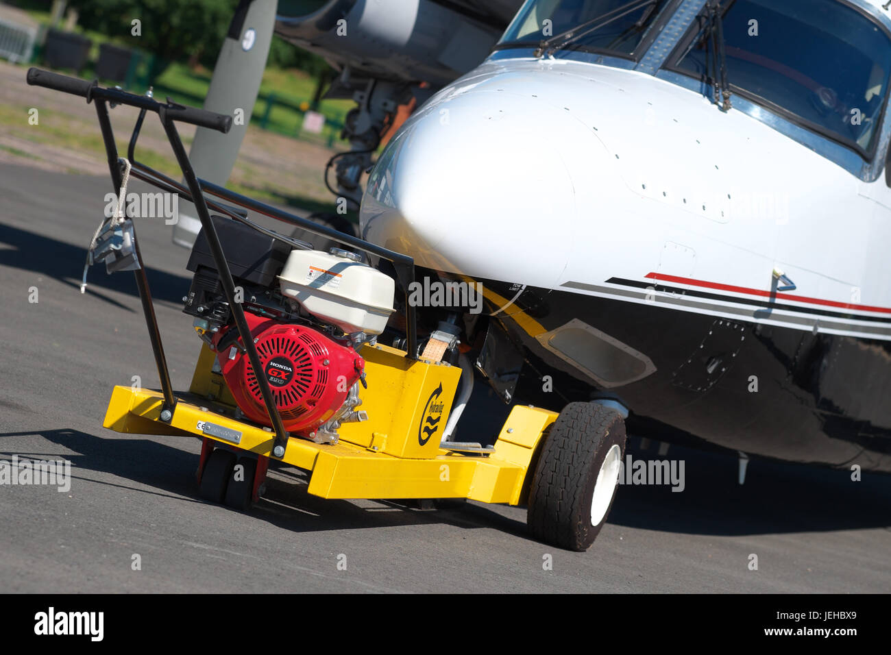 Mechanical aero air tug for towing aircraft attached to a Rockwell Commander 695 - Stock Image