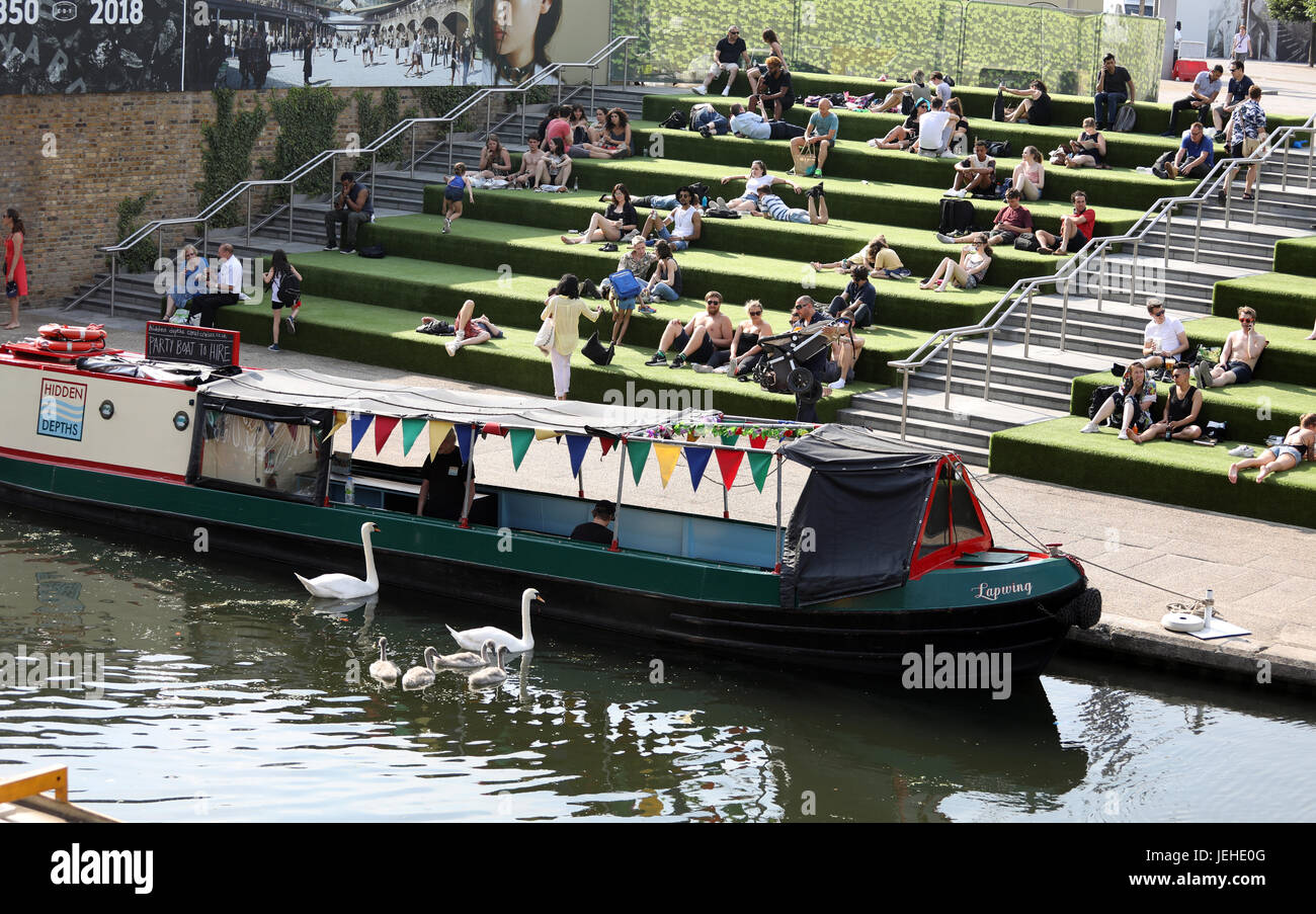 Pic shows: Granary Square King's Cross Hot Weather     Pic by Gavin Rodgers/Pixel 8000 Ltd - Stock Image
