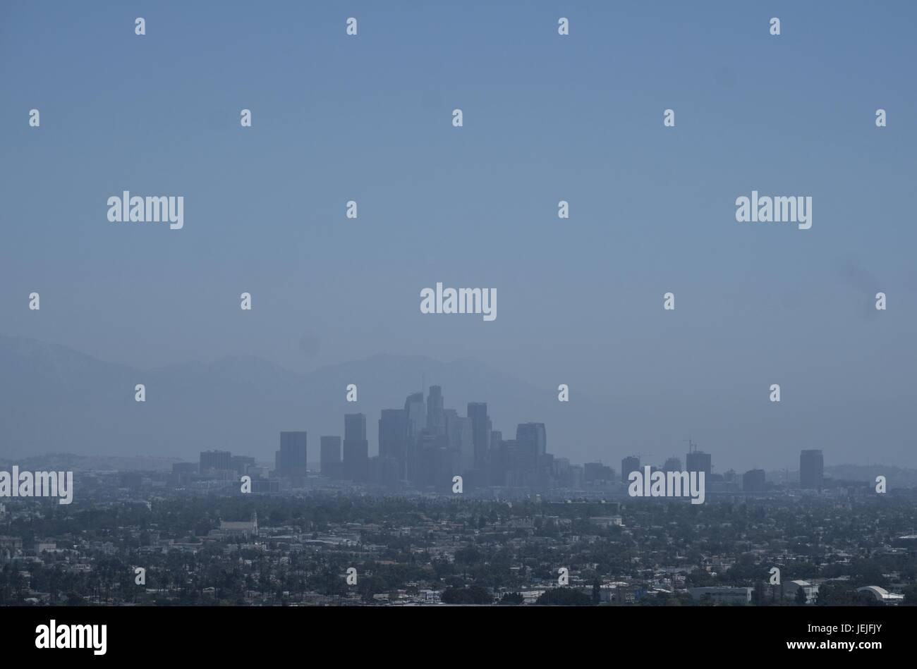 June 25, 2017 - Los Angeles, California, U.S - Smog shroud the sky ...