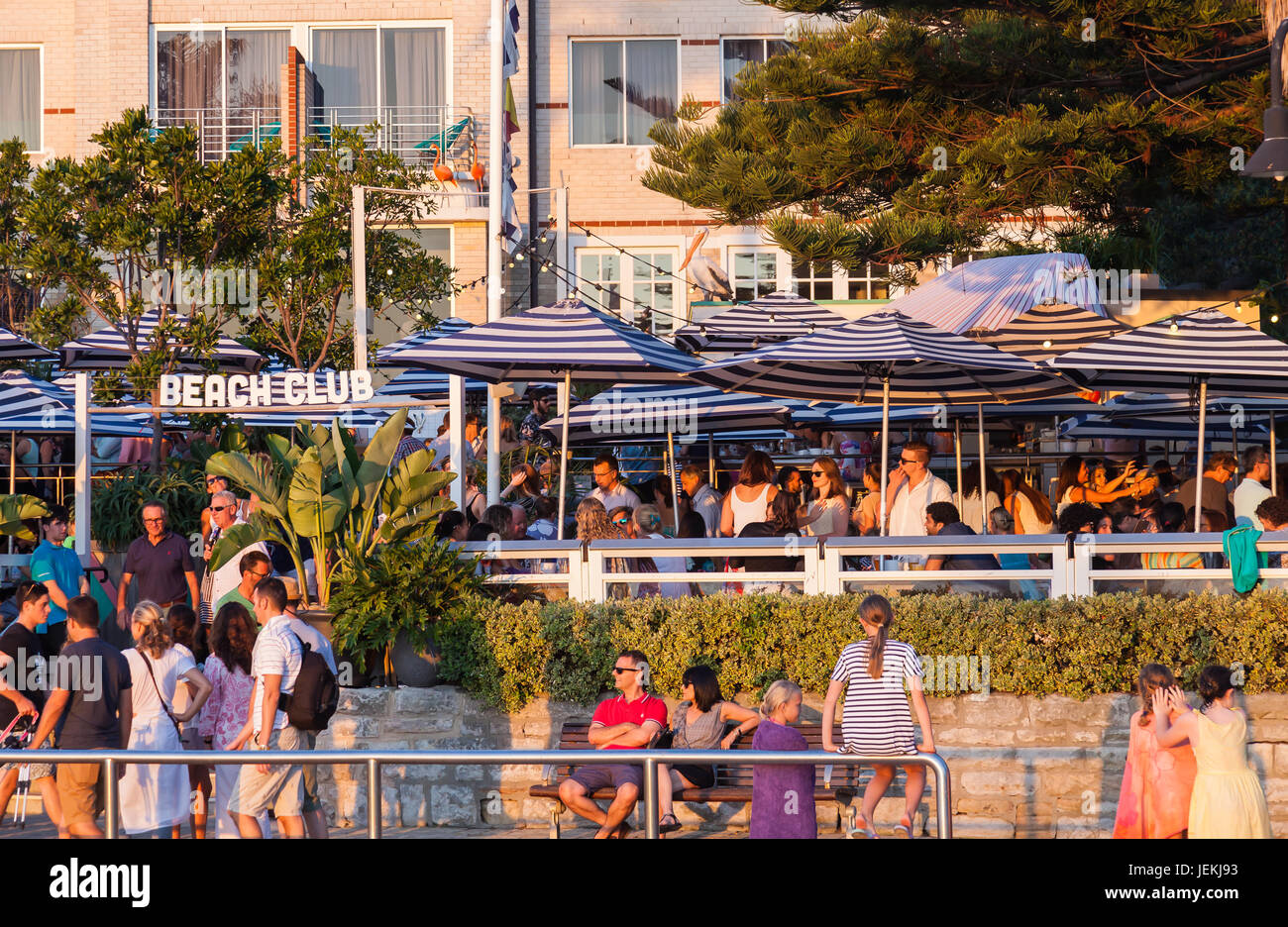 Crowds relaxing at Watsons Bay Boutique Hotel, Sydney, Australia. - Stock Image