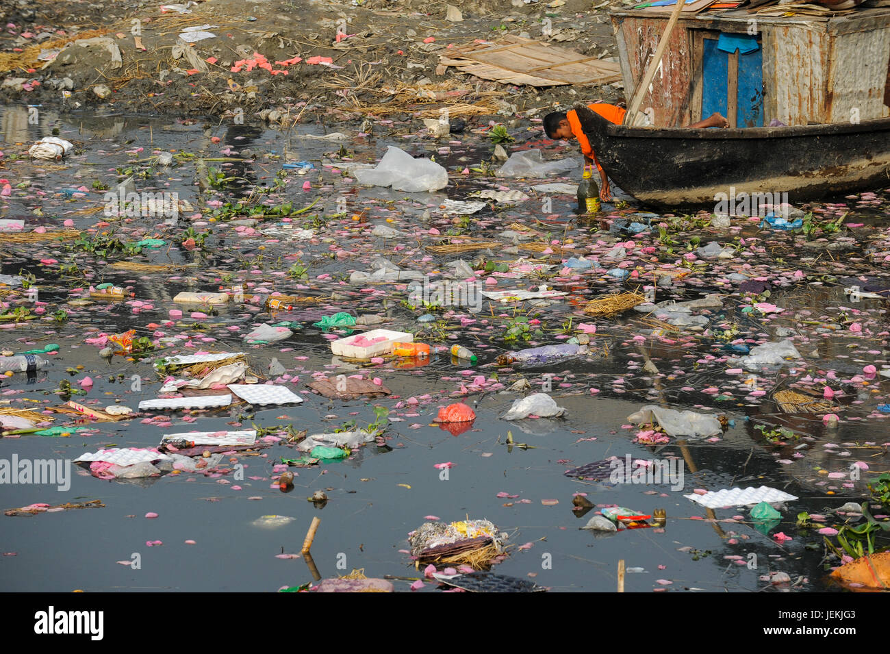 BANGLADESH Dhaka, plastic waste and polluted Buriganga river, boy fetch water / Bangladesch Dhaka , Junge schoepft - Stock Image