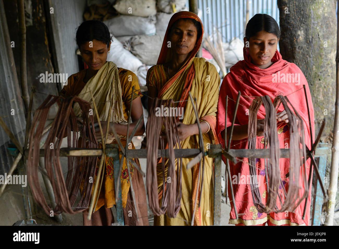 BANGLADESH, District Tangail, Kalihati, village Southpara, cottage industry, women working at spinning machine - Stock Image