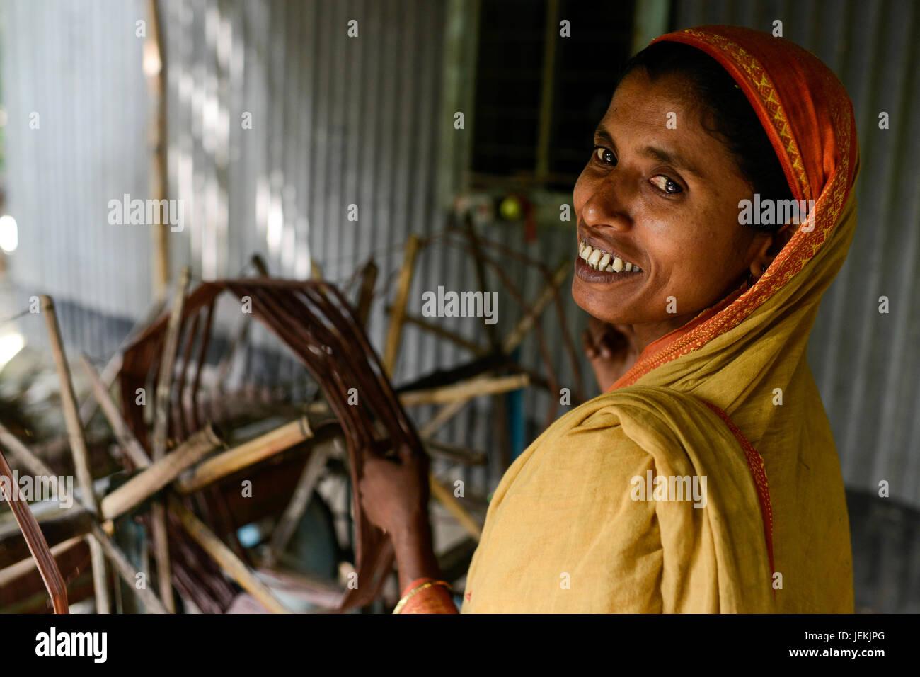 BANGLADESH, District Tangail, Kalihati, village Southpara, cottage industry, woman working at spinning machine - Stock Image