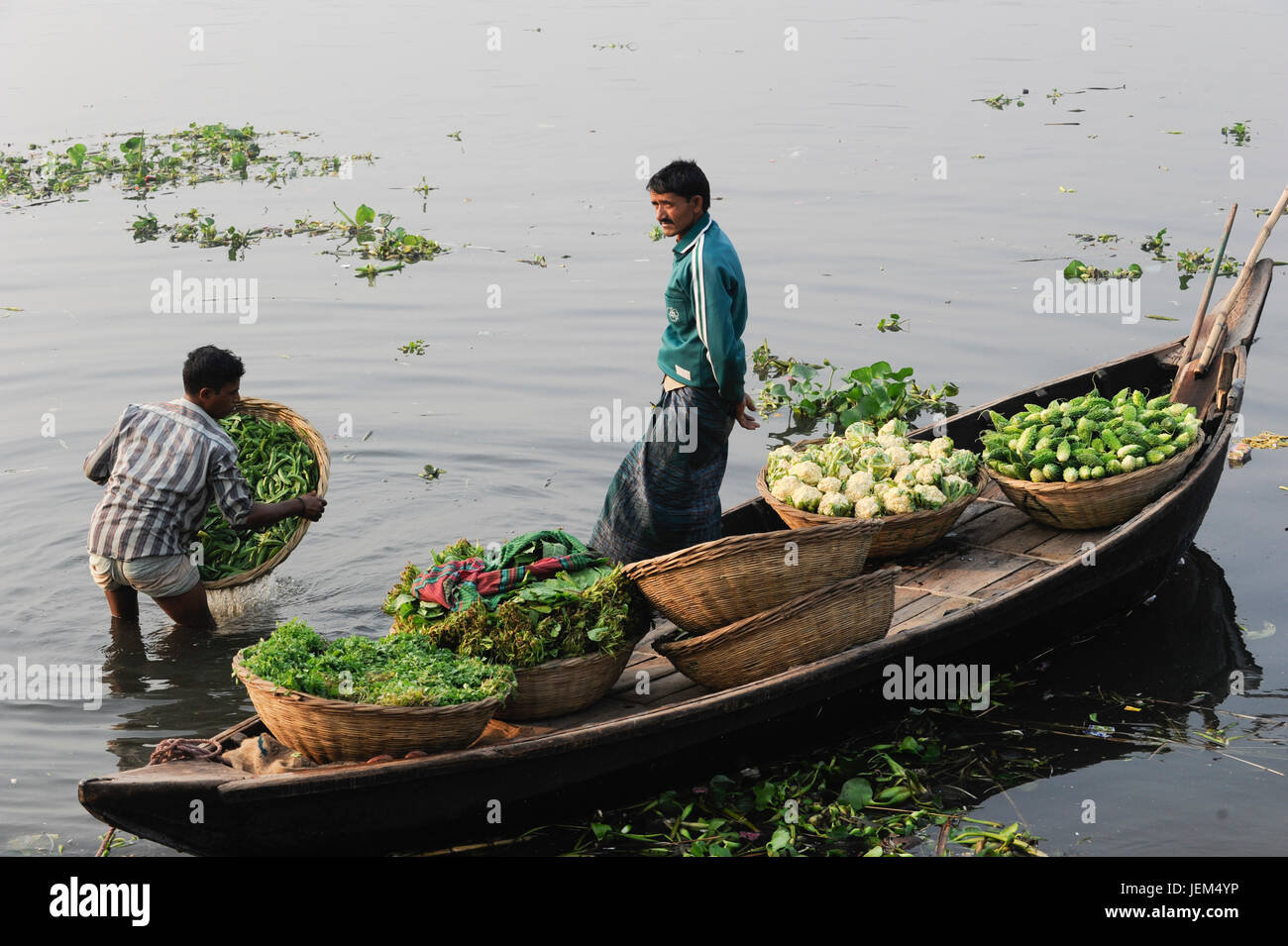 BANGLADESH Dhaka, Buriganga River, boats transport fresh vegetables from village to city / BANGLADESCH Dhaka, Boote - Stock Image