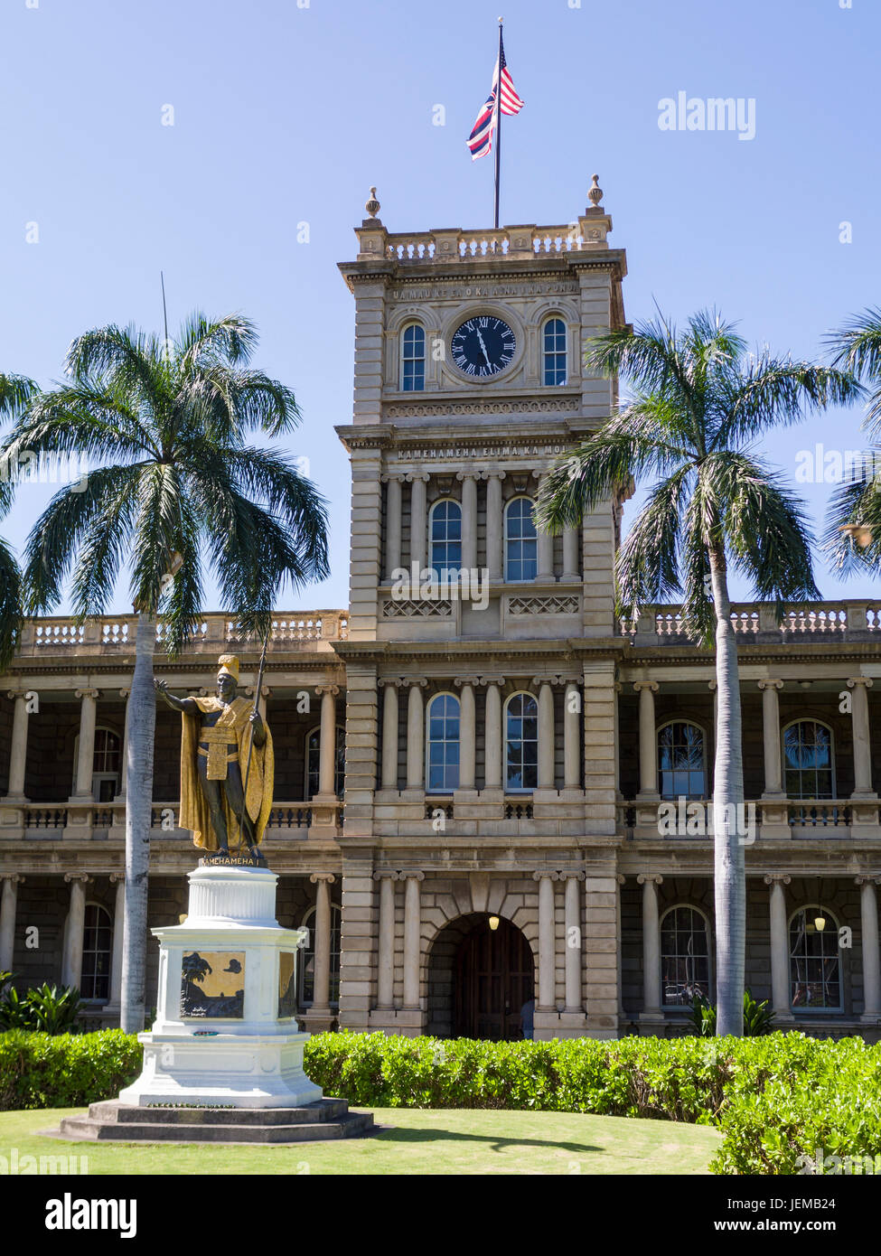 Kamehameha I statue in Honolulu: Clock tower of the old Judiciary Building is enscribed in Hawaiian: Ua Mau Ke Ea - Stock Image