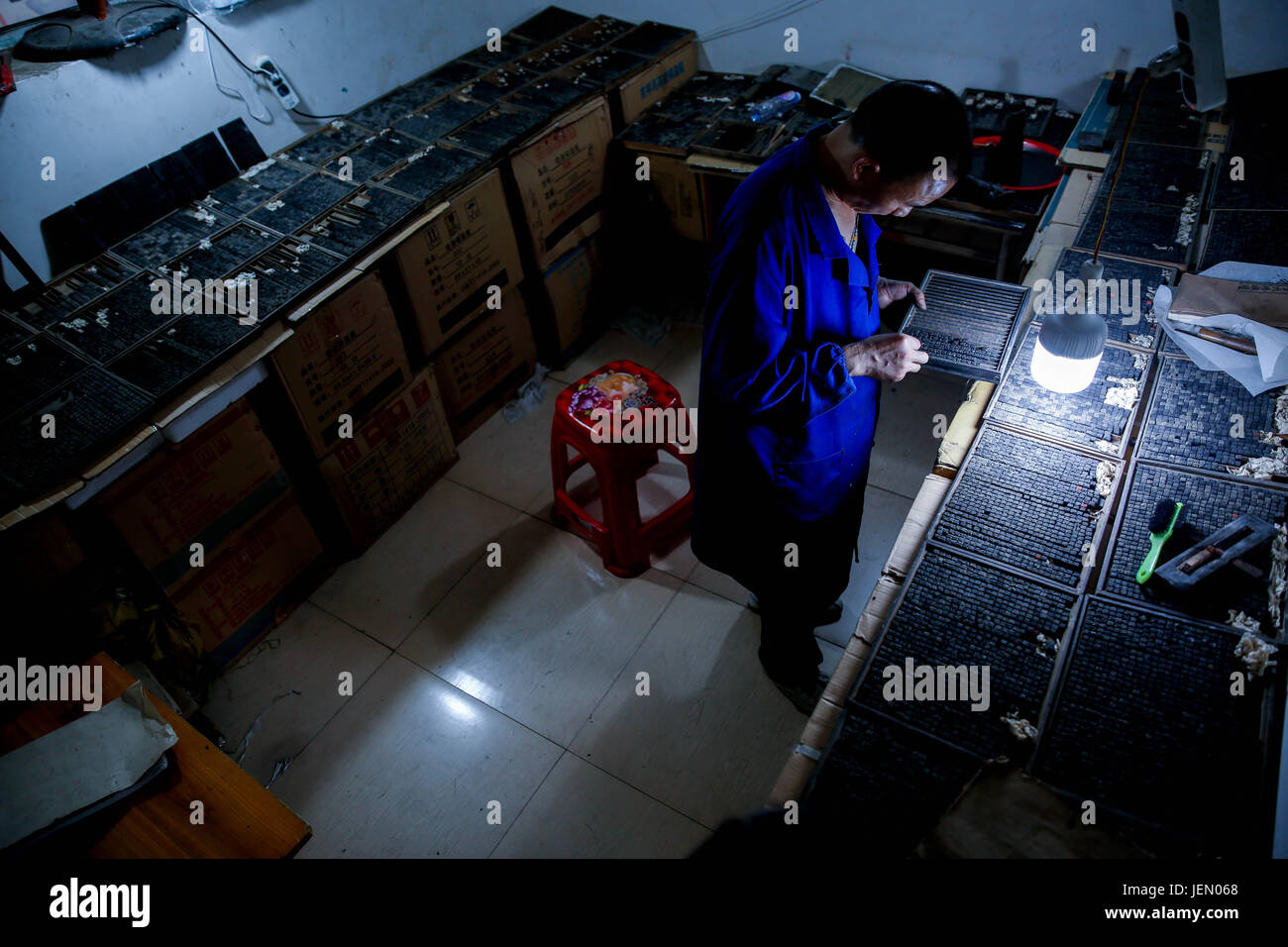 (170626) -- SHAOYANG, June 26, 2017 (Xinhua) -- Inheritor Xiao Shihua puts typeheads into a plate in Zhulin Village, - Stock Image