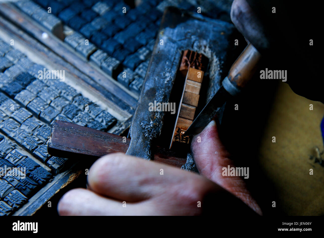 (170626) -- SHAOYANG, June 26, 2017 (Xinhua) -- Inheritor Xiao Shihua carves typeheads in Zhulin Village, Tantou - Stock Image
